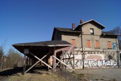 Bahnsteigdach und Bahnhofsgebäude