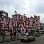 Hundertwasser-Art-Hotel neben den geraden Gleisen
